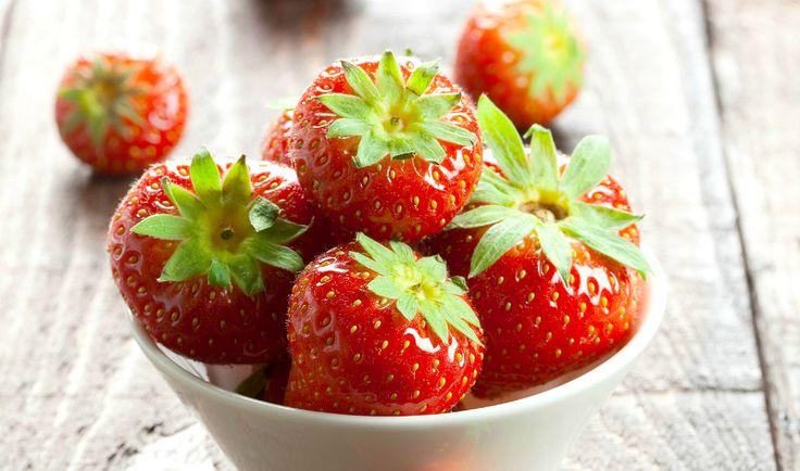Sladké jahody jsou dokonalým poslem, který přináší léto. Užijte si jejich sytou chuť, neodolatelnou vůni i zářivou barvu, která oživí každý pokrm či nápoj, jenž z jahod připravíte.
