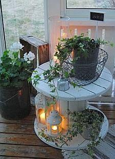 Whitewash tuintafeltje van een houten haspel.