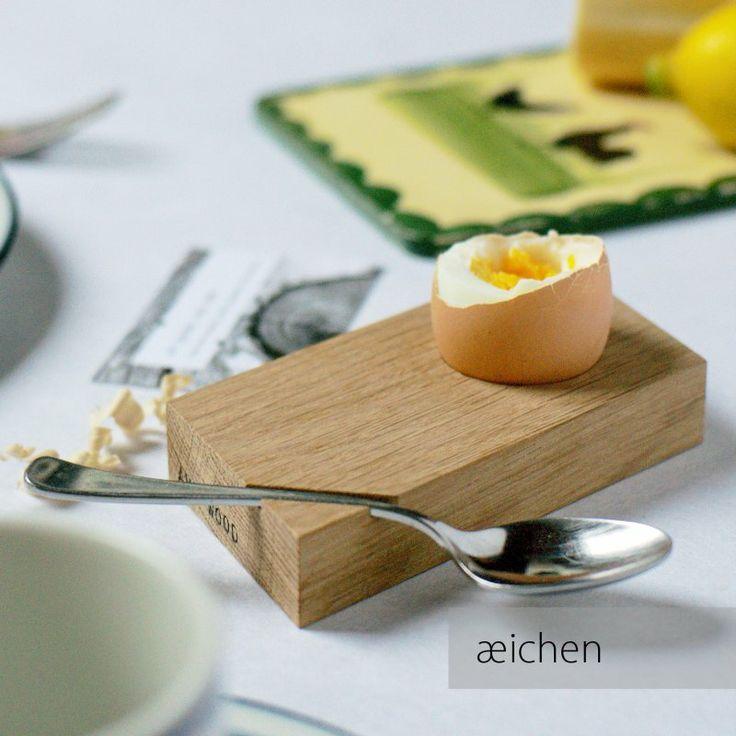 """Schöner Eierbecher mit dem Namen """"æichen"""" von Art-WooD. Der Löffel hält per Magnet sicher an dem sehr elegant gestalteten Grundbrett. Preis € 18 pro Stück bei Art-WooD.de oder € 60 für ein 4er Set"""