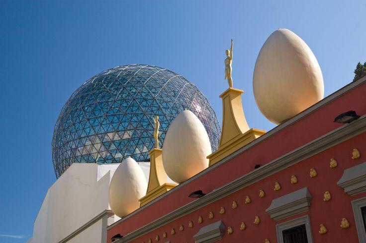 Il teatro museo, chiamato anche casa museo di Salvador Dalí, si trova a Figueres, nella città in cui nacque il grande artista surrealista preso in considerazione. Spagna