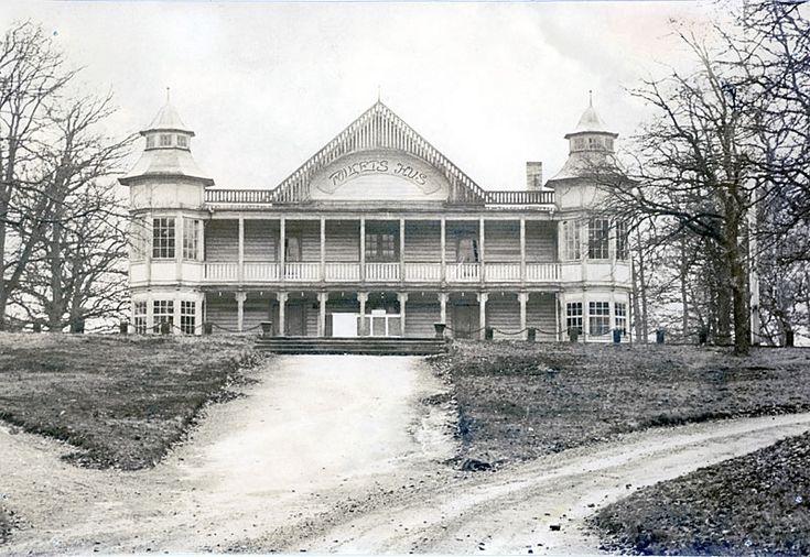 """Folkets Park eller som det förr kallades, """"Mörrums Tivoli"""", byggdes omkring 1900 av grosshandlare Sven Mattson. Mörrums Folkets Hus förening bildades 1907 och hyrde redan sommaren därpå """"Mörrums Tivoli"""" för att där driva sin verksamhet. I slutet av 1908 inköpte föreningen, genom avbetalning hela parkområdet för 15 000 kronor. Inom området fanns då restaurangbyggnad, dansbana och teaterscen, båtgunga, kägelbana och skjutbana samt biljard. 1911 installerades elektriskt ljus i Folkets Hus."""