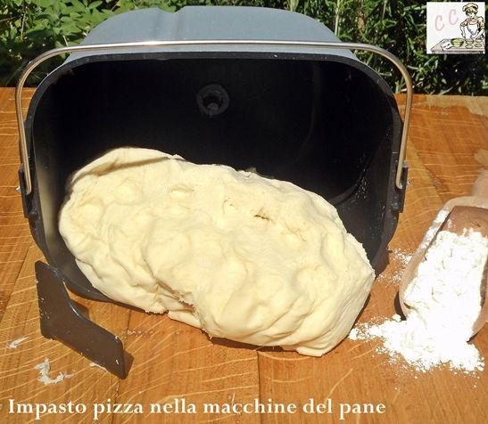 Impasto pizza nella macchina del pane per non sporcarsi e non sporcare
