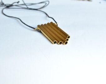 Collana con ciondolo in ottone e pietre colorate. Prodotto interamene artigianale. Il ciondolo è composto da un elemento circolare in ottone