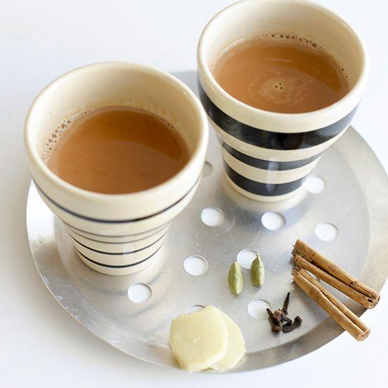 材料(2〜3杯分)  茶葉…大さじ山盛り1杯(約10g) 水…250ml 牛乳…250ml シナモンスティック…1/2本 カルダモン…2粒 クローブ…2粒 黒こしょう…2粒 しょうがスライス…2〜3片 きび砂糖…大さじ1.5〜2(約20g)
