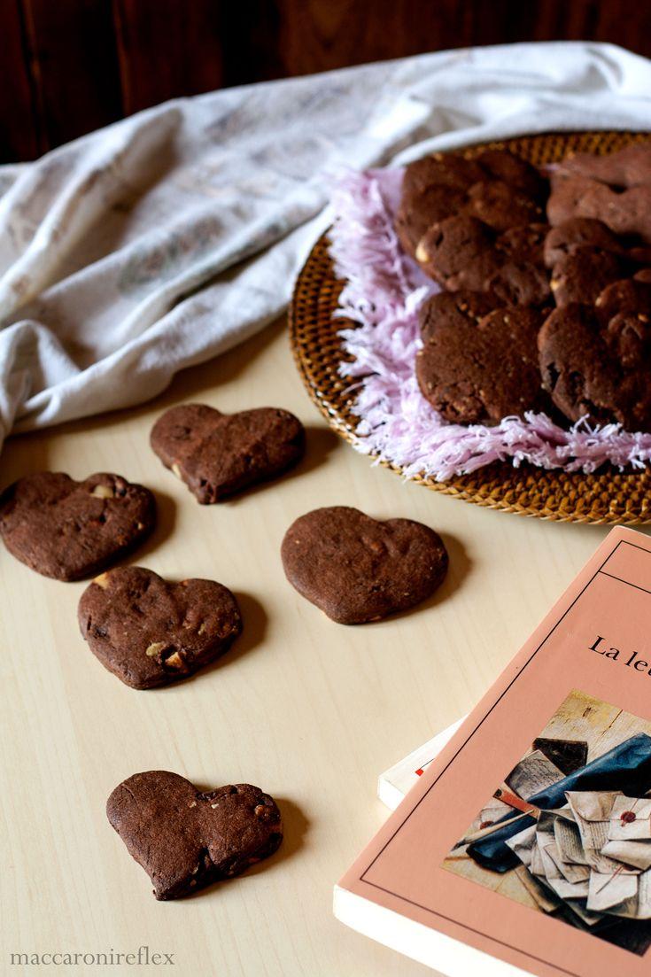 Questo mese lo scambio di ricette tra Bloggalline mi dà la possibilità di conoscere mamma Tiziana e la figlia Alessia, di Staffetta in cucina. Ho scelto, dopo tante ricerche, di provare i cookies al doppio cioccolatoche mi sembravano perfetti da preparare in vista anche della Festa di San Valent…