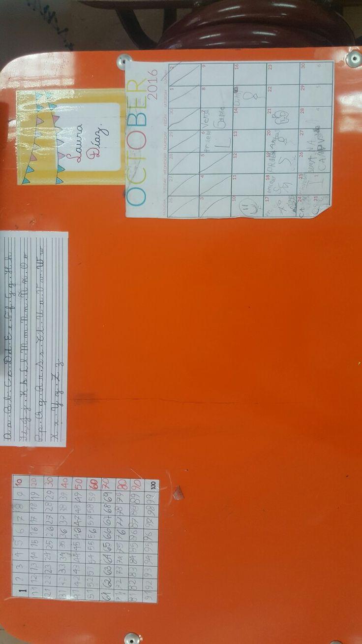 Mesa letrada con: nombre y apellido del niño, abecedario, tabla numérica del 1 al 100 y calendario mensual para completar