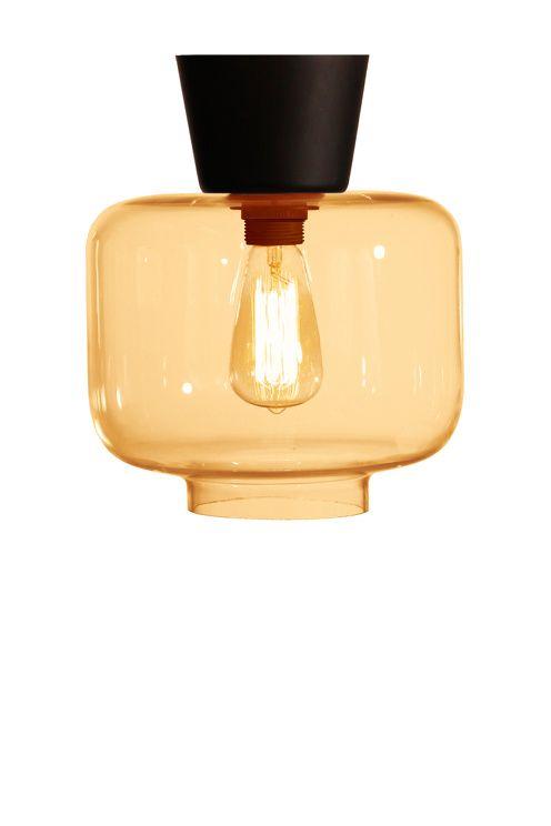 Plafond gjord i transparent glas med mattsvart kaschering och krokupphängning. Höjd 26 cm. Diameter 25 cm. Lamphållare storsockel E27 Max 60W. Rek. glödlampa: Koltråd Edison G44. Design: Tess Palm.