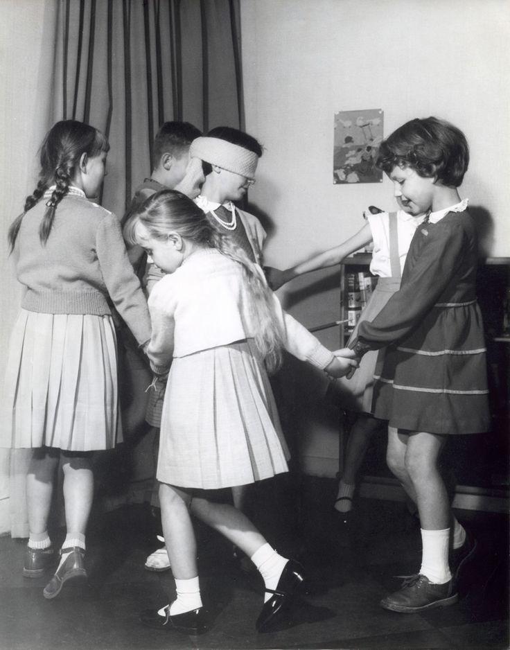 Kinderspelen/spelletjes: Kinderen dansen om een geblinddoekt meisje, Nederland, 1957.
