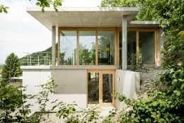Wohnhaus am Hang, Wyhlen: moderne Häuser von GIAN SALIS ARCHITEKT