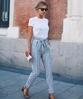 Tenue: T-shirt à col rond blanc, Pantalon carotte à rayures verticales blanc et bleu, Sandales à talons en cuir brunes, Pochette en cuir grise