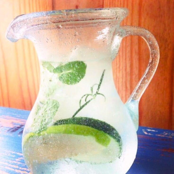 Em uma jarra com a água, acrescente o pepino picado e a maçã em rodelas ou fatias. Adicione hortelã e alecrim a gosto.  *Receita sugerida porGabi Castejon, do FarofaFit.