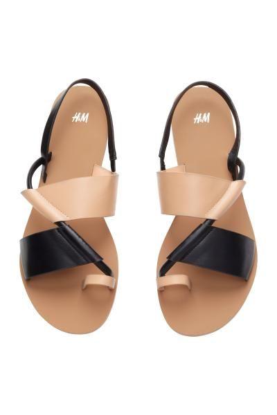 Sandálias de pele sintética com solas de borracha.