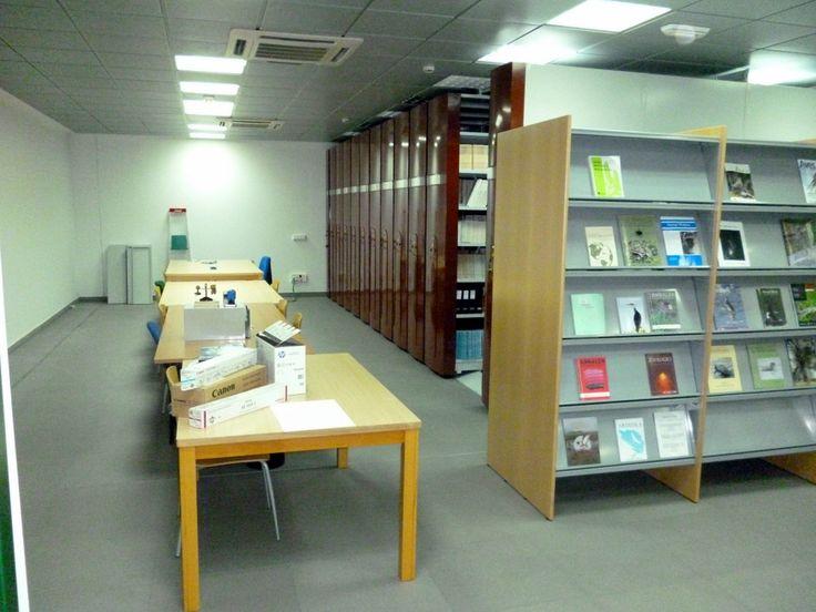 Los armarios compactos que quedan como almacén de depósito de revistas en la EBD