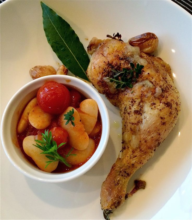 mmm recept: Kyckling i ugn med massor av vitlök och stora vita bönor i tomatsås.
