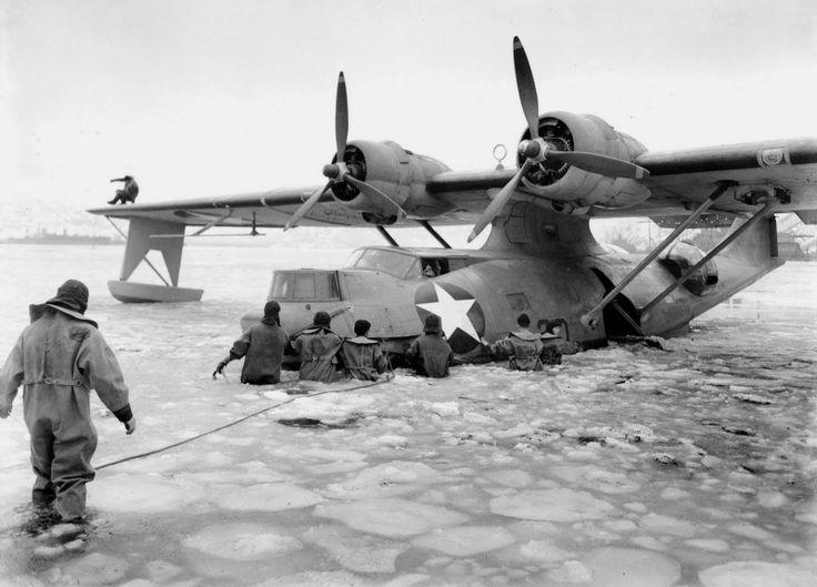 Летающая лодка PBY-5A «Каталина» (PBY-5A Catalina) береговой охраны США на ремонте в замерзшей бухте острова Кадьяк (Kodiak), Аляска