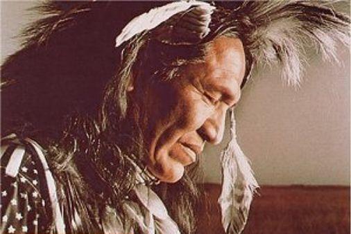 Es scheint als könnte unsere moderne Kultur etwas Leitung durch uralte Weisheit gebrauchen.Dieser ethische Codex der Indianer kann uns alle inspirieren, um einige positive Veränderungen in unserem Leben durchzuführen. 1) Steh mit der Sonne auf und bete.Bete alleine. Bete oft. Der große Geist erhört immer deine Gebete. 2) Sei tolerant gegenüber denen, die vom Weg