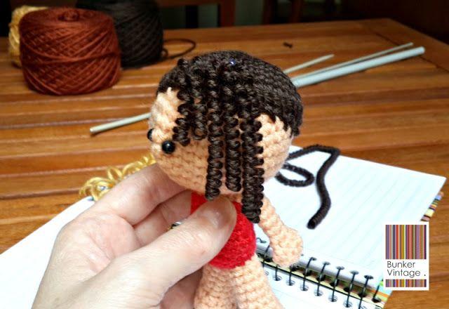 Como ya había prometido en otro post, aquí preparé el tutorial para hacer el cabello con bucles que queda buenísimo. Podés usarlo en muñecos amigurumi, pero también para hacerte una peluca para un disfraz, o simular fideos fucile, qué sé yo! Es sencillo de lograr y requiere los siguientes… Materiales para realizar bucles para muñecos amigurumi: Lana del color que querramos para la cabellera. Agujas[...]