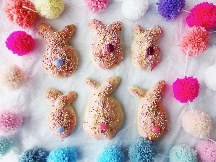 Ostergebäck: Hasen backen mit Hefeteig - ein sehr einfaches und köstliches Rezept für kleine Hasen aus Hefeteig. Gelingen immer und lassen sich auch prima zusammen mit Kindern backen!