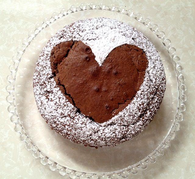 甘い物好きな彼ママへチョコレートケーキを誕生日にプレゼントしました - 6件のもぐもぐ - ハートのチョコレートケーキ by ikumiki