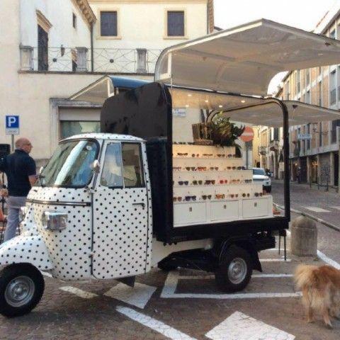 Il fashion su strada...a 3 ruote! La moda si fa street-style e viaggia su 3 ruote, grazie alle Apecar customizzate e firmate Veicoli Speciali