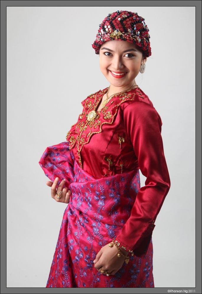 Alcantara, Jojie. Candidate No. 1 Fauzia Jamsuri, 20, Tausug. 2011. Dabaweyna.me. Web. 08 May 2013.