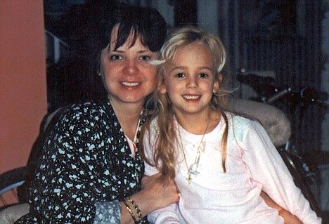 The last picture of JonBenet Ramsey, taken Christmas morning 1996 with her mother Patsy. She would be found dead later that day Last Known Photos of Famous People (Pics) - MMA Forum