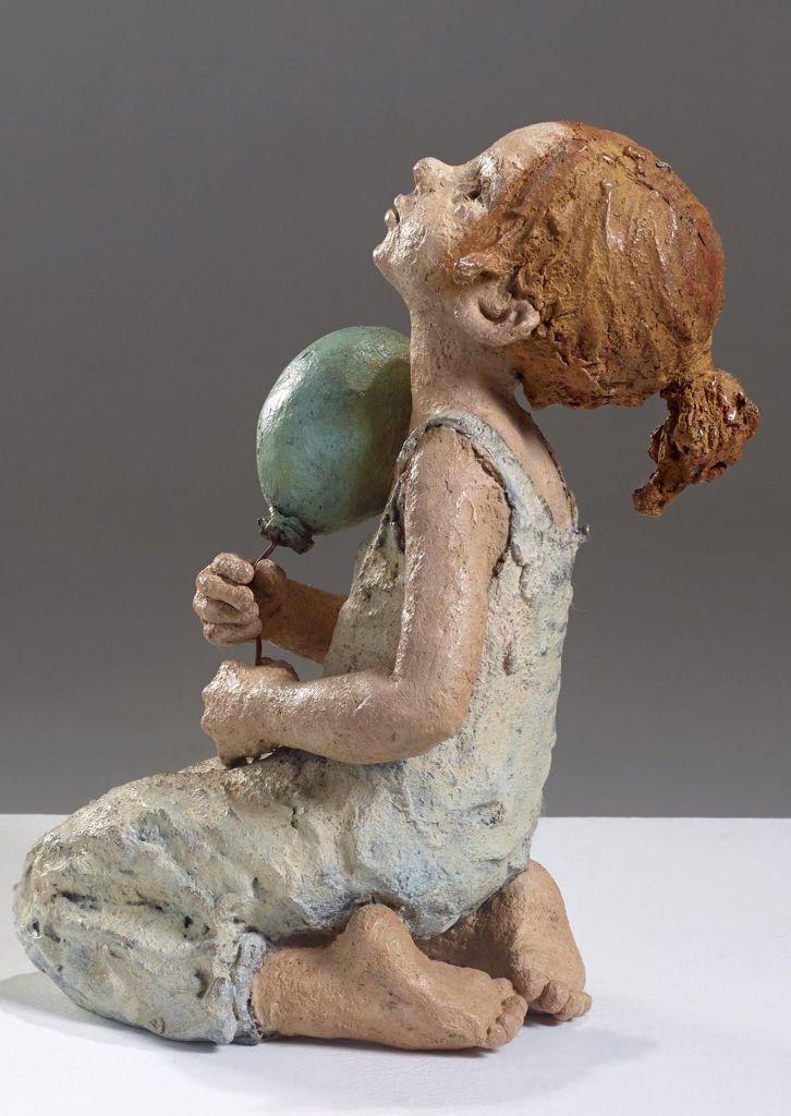 """Jurga modèle l'argile dont sont tirés les exemplaires en bronze qui en reflètent la surface rugueuse et conservent sous leur patine toute l'apparence de la terre. """" La terre chamottée par son grain, m'aide à laisser la sculpture à l'état rugueux et j'aimerais la laisser plus inachevée encore. La vie n'est pas dans la surface du corps, elle est à l'intérieur. Il est donc inutile de lisser, de """"fignoler"""" ses sculptures ce qui détourne de la vie."""""""