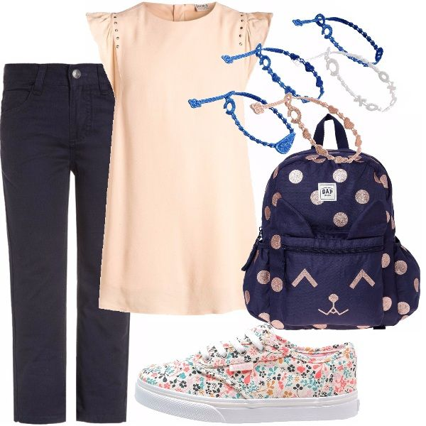 Settembre è alle porte ed è ora di pensare all'outfit perfetto per il ritorno sui banchi di scuola! Pantaloni di cotone blu abbinati a una blusa color cipria, con piccole borchie applicate. Scarpe fiorite multicolor, zaino a pois e bracciali in tessuto completano il look.