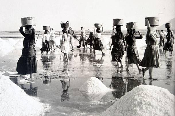 Photographer Kostas Balafas/Κώστας Μπαλάφας (1920-2011)-''Αυτές τις γυναίκες με τους τεντζερέδες στην πλάτη γεμάτο αλάτι δεν τις ξέχασα ποτέ στην ζωή μου''θυμάται ο Κώστας Μπαλάφας.