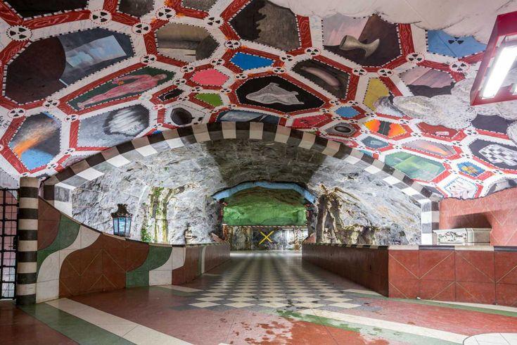 Οι στίχοι του σπουδαίου Ελληνα ποιητή Γιαννη Ρίτσου «κοσμούν» το μετρό της Στοκχόλμης, τη μεγαλύτερη γκαλερί τέχνης στον κόσμο μήκους 110 χ...