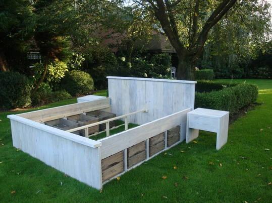 Whitewash steigerhout bed met fruitkistjes by Livengo