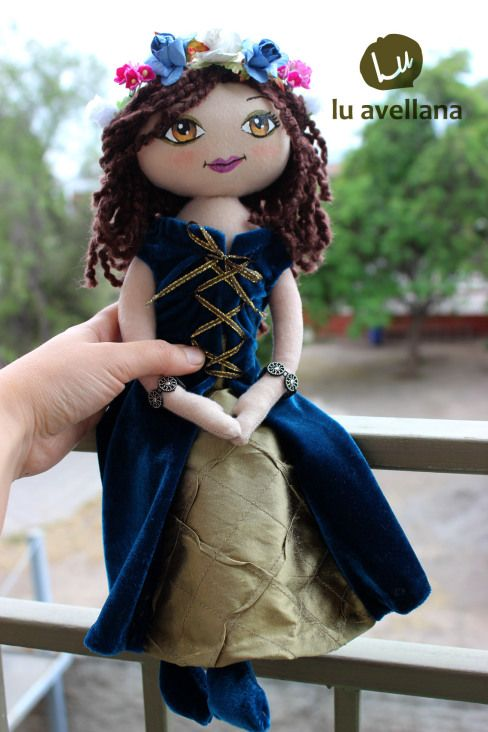 MANUALIDADES MUÑECA DE TELA – Princesa celta ojos color miel Muñeca confeccionada en tela con rostro pintado a mano. Inspirada en la edad media, vestido turquesa y dorado de terciopelo, raso y cint…