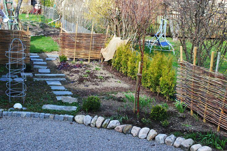 Staket och häck och trädgårdsgång.