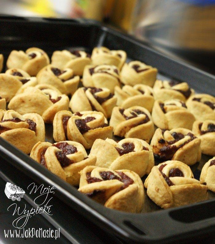 Prosty przepis na ciasteczka półkruche z marmoladą różaną. Ciastka półkruche w kształcie róż, idealne na herbaty lub kawy.