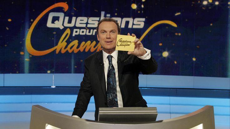 Julien Lepers Ronan Gerval Lepers, dit Julien Lepers, né le 12 août 1949 à Paris, est un animateur de télévision et de radio ainsi qu'un auteur-compositeur-interprète français. Il est notamment connu pour avoir été le présentateur du jeu télévisé Questions...