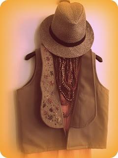 Chaleco con solapa con flores bordadas en hilo, collar de cadenas tejido al crochet.