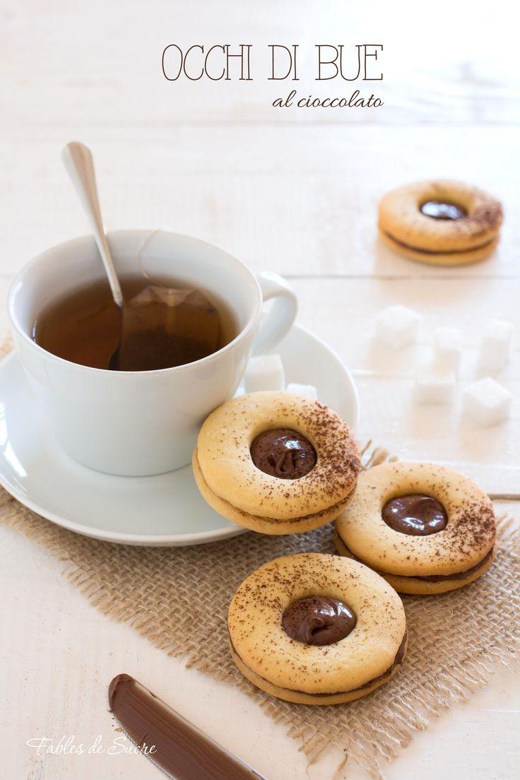 I biscotti occhi di bue sono davvero deliziosi, si tratta di due biscotti di pasta frolla accoppiati fra loro da una crema al cioccolato, buonissimi.