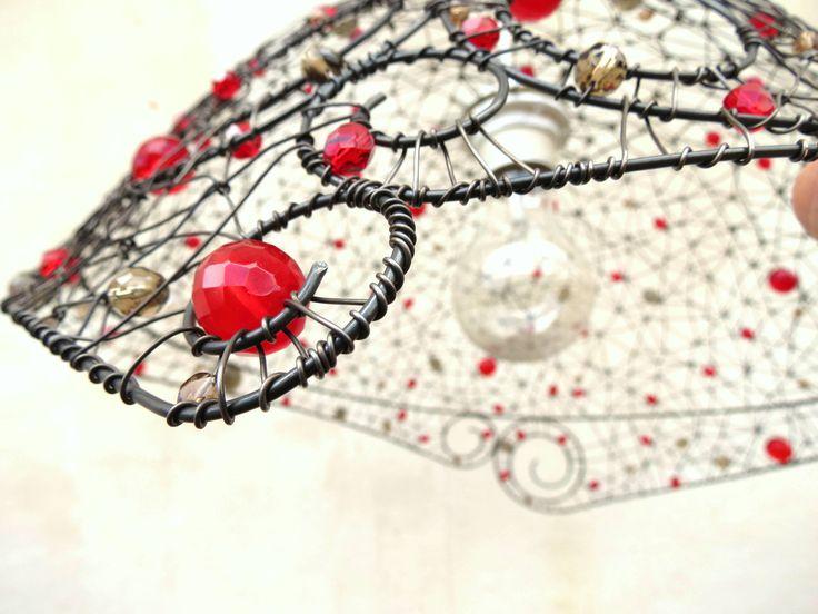 spirály+lustr+jsem+vyrobila+ze+železného+drátu+a+skleněných+perlí+červené+a+kouřové+barvy.+ruční+práce,+jediný+kus+max.+průměr+41+cm+stínidlo+bude+dodáno+s+černým+lustrovým+závěsem+drát+získá+ve+vlhku+rezavou+patinu+original+smu