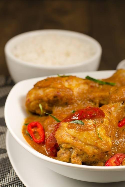 Ricetta tipica malesiana: Kari Kapitan, il pollo piccante al curry servito con latte di cocco e peperoncino. Accompagnatelo con riso basmati e salsa Sambal Oelek! #Malesia #ricettedalmondo #cucinaetnica