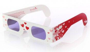 Romantische Hochzeitsüberraschung: Herzbrille zur Hochzeit Wenn man sich die Rosabrille aufsetzt und durch sie hindurchschaut, dann verwandelt sich jeder Lichtpunkt in ein Herz! Toll in Kombination mit Wunderkerzen.