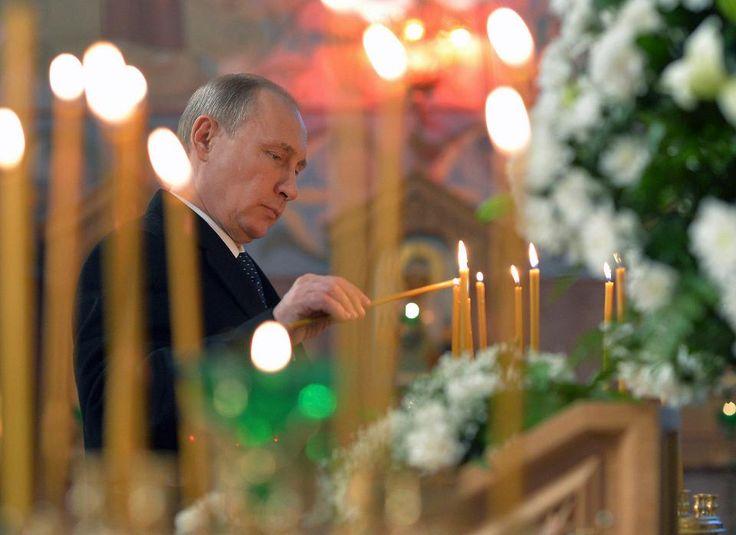 Venäjän presidentti Vladimir Putin sytytti kynttilän kirkossa Tsarskoje Selossa lähellä Pietaria joulukuussa 2014.