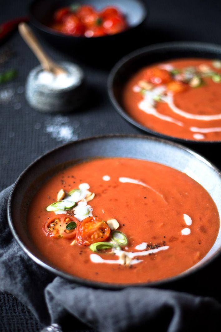 Tomatensuppe mit Kokosmilch und Erdnüssen.