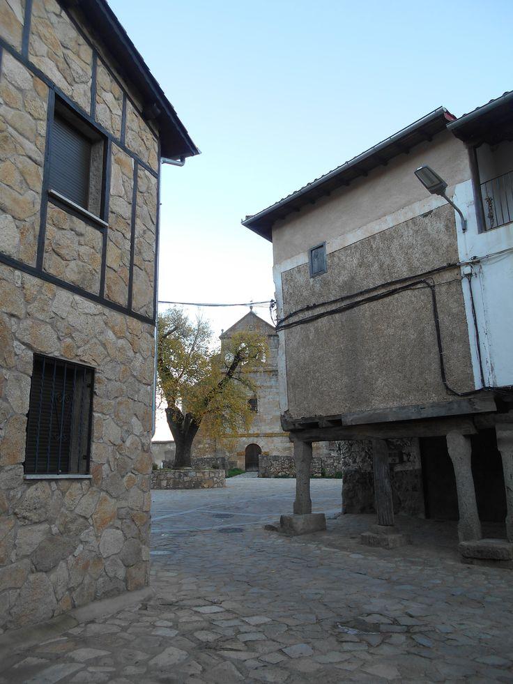 Villanueva del Conde. Casas Soportalada entre el Bote y la Plaza de la iglesia.