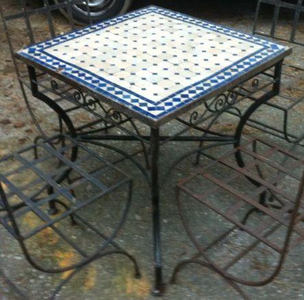 Handgemaakte smeedijzeren tafel met mozaiekblad met bijpassende smeedijzeren stoelen