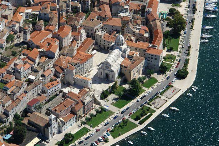 Po przejechaniu 11 km na południowy wschód od Vodic dociera się do Šibenik (Śibenik). Aż do 1991 r. miasto było bogatym ośrodkiem przemysłowym, słynącym z jednej z najpiękniejszych katedr na wybrzeżu  http://www.przewodnik-turystyczny.com/chorwacja/zwiedzamy-sibenik #chorwacja #sibenik #dalmacja