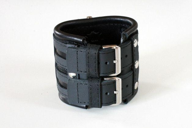 """Kalter Stahl gekleidet in aschfarbenem Leder – verziert mit einem schwarzen Lederband, moderne technische Ausrüstung – Uhr mit Armband """"Aviator-3"""" – Neuheiten sind dein Stil. Weiches Leder, dass..."""