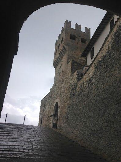 Porta S. Agostino rientra nel Quartiere S. Agostino. E' la porta principale che, tramite Corso Mameli, conduce a Piazza del Comune. Fù costruita nel 1324 inseguito alla realizzazione della seconda cinta muraria intorno al Castello.