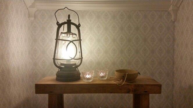 Ljuslykta inne på lilla toaletten på övervåningen. Borås tapeter, Falsterbo 2. Rustik hylla/pall
