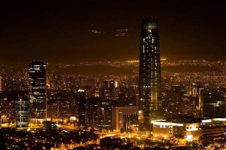 Santiago de Chile , al fondo los centros de Ski iluminados en la Cordillera de Los Andes.