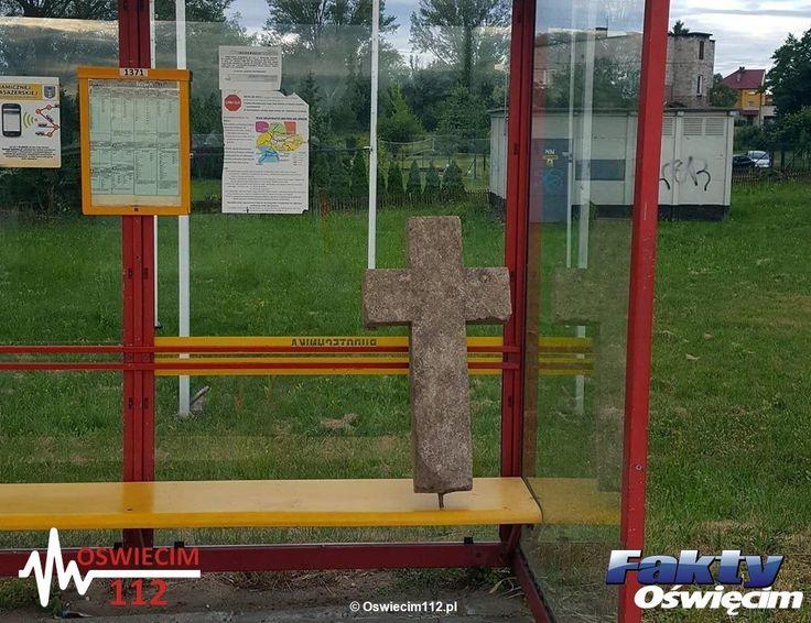 Krzyż na przystanku. Skąd się wziął? #Oświęcim #krzyż #przystanek #policja